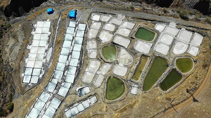 Tuncelinin Pülümür ilçesine 3 kilometre uzaklıkta bulunan Hıver tuz madeninde yüz yıllardır geleneksel yöntemlerle kaya tuzu üretiliyor.