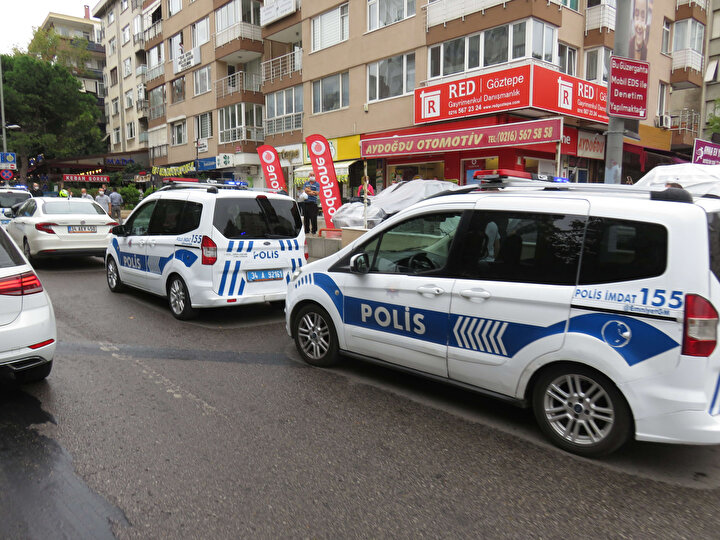 Kuyumcu  ile soyguncuya arasında arbede yaşandı. Soyguncu kuyumcuyu başından yaraladıktan sonra yaya olarak kaçmaya başladı.  İhbar üzerine olay yerine çok sayıda polis ekibi sevkedildi.