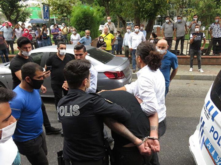 Binadan çıkarılan şüpheliye, polis aracına bindirildiği sırada kuyumcunun yakınları üzerine yürüyerek darp etmeye çalıştı, polis engel oldu.