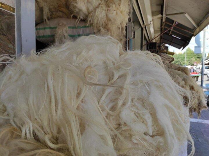 """Yün tüccarı Mehmet Ali Koyuncu da, Elyaf çeşitlerinin çıkması sonucu, sağlıklı olan koyun yününe ilginin azaldığını belirterek, hayvan besicilerinin büyük bölümünün koyunları kırpığı gibi yünü yaktığını"""" söyledi"""