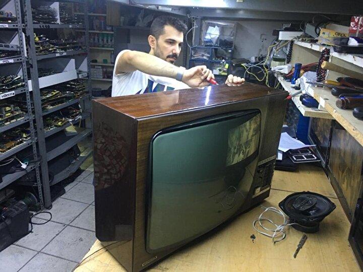 """Siyah beyaz ekranlı televizyonu tamir ettiği ilk anda nostaljik duygu hissettiğini belirten Şirvan Ak, """"Daha önce de bu tarz cihazları tamir etmiştim. Eski cihazları yeni nesle uydurmuştuk. Evde bulunan eski radyolarını, televizyonlarını babamdan miras kaldı. Ben gördüm, çocuklarım da görsün diyerek getirenler oluyor. Bu televizyonu da o şekilde tamir ettik. Bu eseri bir nesle daha aktarmak istedik. Bu televizyonu tamir ettiğimi görenlerden çok beğeni aldık. Bence de güzel bir şey oldu, bize eskiyi hatırlatıyor. Eski filmleri de burada izlemek ayrı keyif verecektir"""" dedi."""