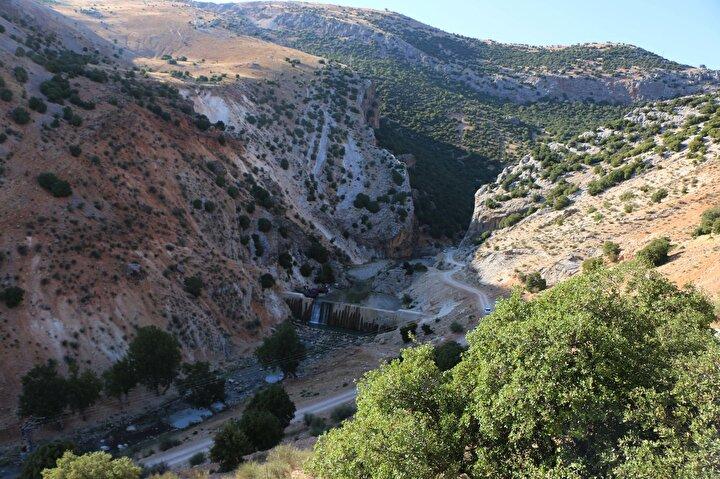 Palanlı Mağarası'nda çeşitli tahribatlar mevcut. Bu tahribatlar yerel halk ve kaçak kazı yapan kişiler tarafından yapılmış. Mağarada bulunan figürler de hilti ve çekiçle sökülüp, tahribata uğratılmış. Daha önce burada 45 figür vardı, ama şu an 3-4 tanesi günümüze ulaşabilmiş. Diğer kaya resimlerinin çoğu tahrip edilmiş, defineciler tarafından sökülüp götürülmüş ve burada çok ciddi bir tahribat var diye konuştu.
