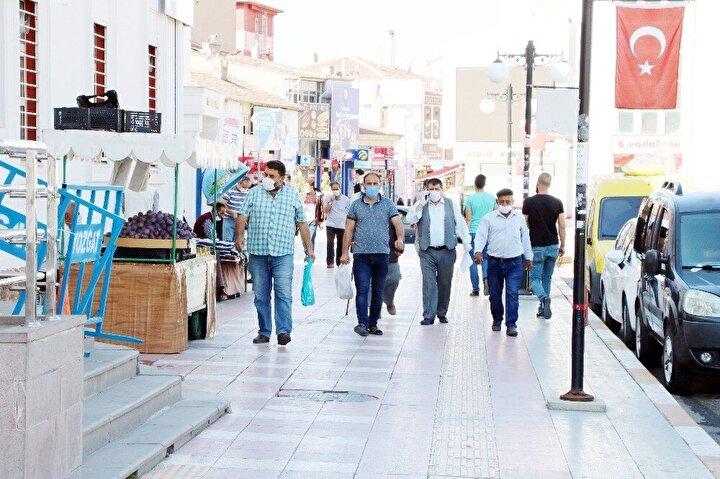 Yozgatta bazı caddelerde maske çıkartılıp sigara içilmesi yasaklandı.