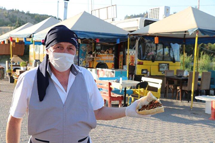 Denizlide ziraat mühendisi Mehmet Ergin Ayvaz, aşçılığa duyduğu ilgi nedeniyle mesleğini bırakarak gıda sektörüne yöneldi. Uzun yıllar mühendislik yaptıktan sonra farklı bir meslek dalına geçiş yapan Ayvaz, Sarayköy ilçesinde trafikten çekilmiş eski bir halk otobüsünü satın alıp, ekmek teknesine dönüştürdü. Otobüsün dışını boyayan Ayvaz, içine de masa yerleştirdi.