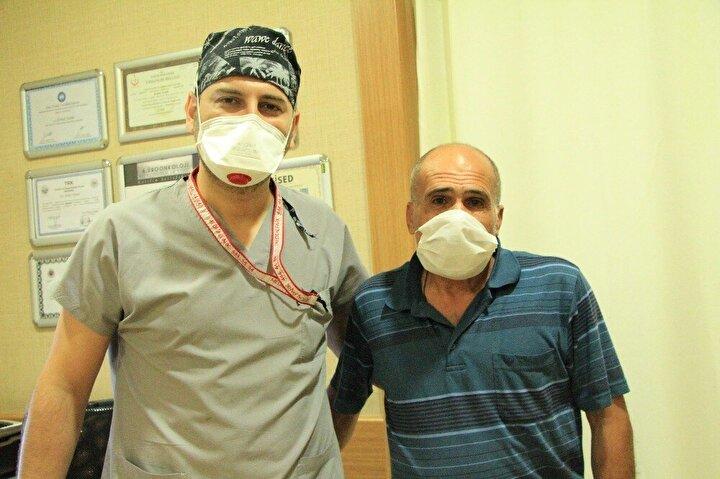 Hastanın şikayetleri ve sonrasında gerçekleştirdikleri tedavi hakkında bilgi veren Üroloji Uzmanı Op. Dr. Serhat Yentür, 1988 yılında sağ böbreği alındığını, 1989 yılında ise sol böbrekten açık taş ameliyatı olduğunu, kendilerine de bir ay önce idrar yapamama şikayetiyle geldiğini aktardı.