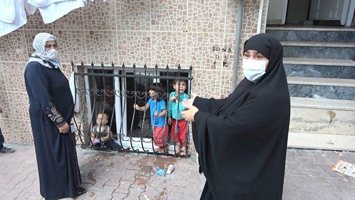 Polisler bunun üzerine evin önünden uzaklaşarak, çocukların ailesine ulaşmak için çaba harcamaya başladı.