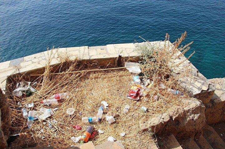Türkiye ve Antalya'nın çok güzel bir kent olduğunu dile getiren Bogdanov çifti, kirliliğin ise üzücü olduğunu söyledi. Çöpleri de ellerine alarak gösteren Rus çift, gelenlerin temiz bırakmasını, yetkililerin ise çöpleri atıkları temizlemesini istedi.