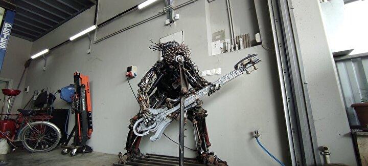 Düzce Küçük Sanayi Sitesi'nde motor ustası olarak çalışan Murat Çetin, hurda otomobil parçalarını sanat eserlerine çeviriyor. Murat Çetin daha önce robot görünümlü bir eser yaparken, bu kez hurda otomobil parçalarından gitar çalan rock müzik sanatçısı yaptı.