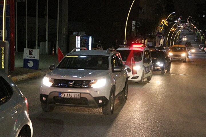 Türk ve Azerbaycan bayrakları açan vatandaşlar, Ermenistanın Azerbaycana yönelik saldırılarına tepki gösterdi.
