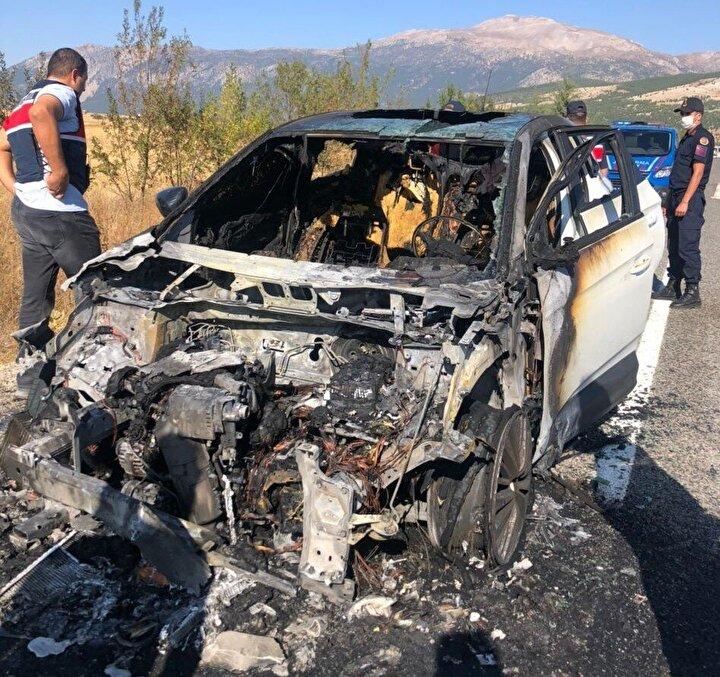 """Hiçbir ikaz vermeyen araçtaki yangını ancak içeriden çıktıktan sonra gördüklerini belirten Araştırma Görevlisi Çiğdem Martin Şeker, """"Bizim önümüze kıran sürücünün ikazı sonucu araçtan indiğimizde şoför kısmından altından dumanlar çıkıyordu. Tüm çabalara rağmen yangın aracın tamamını sardı. Elimizde sadece yanmayan tampon kaldı. Son model bir aracın hiçbir hata uyarısı vermemesi çok düşündürücü. En küçük teker basıncı veya açık kapı durumlarda bile ikaz ışığı yanıyor ancak hata ikaz durumunda devreye giren kilidin de bu nedenle çalışmaması belki de bizim canımızı kurtardı. Çok şükür ucuz atlattık ama firmaların bu gibi durumları göz önünde bulundurarak araçlardan acil çıkış için kit koymaları daha uygun olur"""" şeklinde konuştu."""