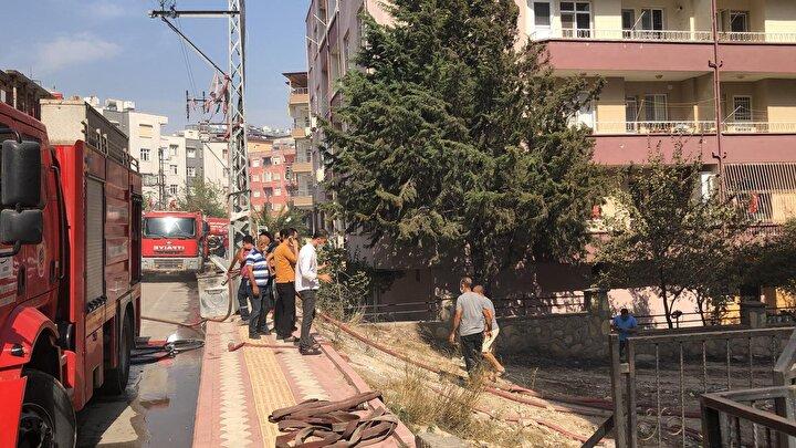 Yangın nedeniyle bazı evlerde hasar oluştu. Evlerini terk eden vatandaşlar da yangının söndürülmesi için ekiplere yardım ediyor.