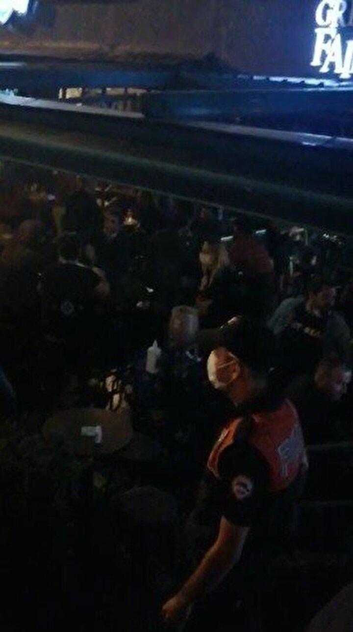 Podyum Park'ta daha çok üniversite öğrencilerinin bir araya geldiği 22 ayrı mekana baskın yapan Bursa Asayiş Şube Müdürlüğü ekipleri 742 kişiyi denetleyip sosyal mesafeye uymayanlar ve maske takmayanlara cezai işlem uyguladı.