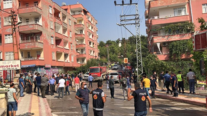Bölge polis ve itfaiye ekipleri tarafından ablukaya alındı. Polis ekipleri, evlerdeki vatandaşların tahliyesini sağlarken itfaiye ekipleri de yangını söndürme çalışmalarını sürdürüyor.