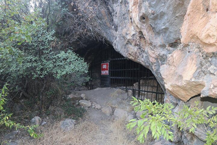 Anadoluda bu özellikteki ilk mağara diyebilirizToroslarda ve Anadoluda Athena için adanmış mağaralar olduğunu ama buradan başka hatıra yazısı taşıyan mağara olmadığını belirten Alkan, şöyle devam etti: