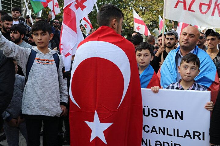 Marneuli kentinde toplanan göstericiler, Dağlık Karabağın işgalini protesto ederek Azerbaycan ordusuna destek verdi.