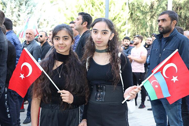 Yaklaşık 2 saat süren gösterinin ardından üç ülkenin bayraklarını taşıyan gençler, Karabağ bizimdir bizim olacak ve Şehitler ölmez vatan bölünmez sloganları eşliğinde araçlarla şehir turu attı.