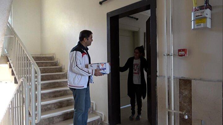 Erciş ilçesinde yaşayan Selçuklu Ortaokulu 7nci sınıf öğrencisi İsranur İşleyen, Ermenistanın Azerbaycana saldırılarının ardından, Azerbaycana destek olmak istediğini ailesine açıkladı. Azerbaycan Cumhurbaşkanı İlham Aliyeve de bir mektup yazarak, kardeş ülke Azerbaycanı çok sevdiğini anlattı. İsranur mektubunda, kumbarasında bulunan 36 TLyi bağışlamak istediğini belirtti.