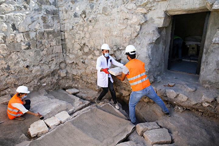 Ünlü İslam alimi El Cezerinin bilimsel çalışmalarını yürüttüğü alanda 12 kişilik daimi ve 10 kişilik gönüllü ekiple sürdürülen kazıda, 1800 yıllık olduğu değerlendirilen su kanalları ve kalorifer sistemi tespit edildi.