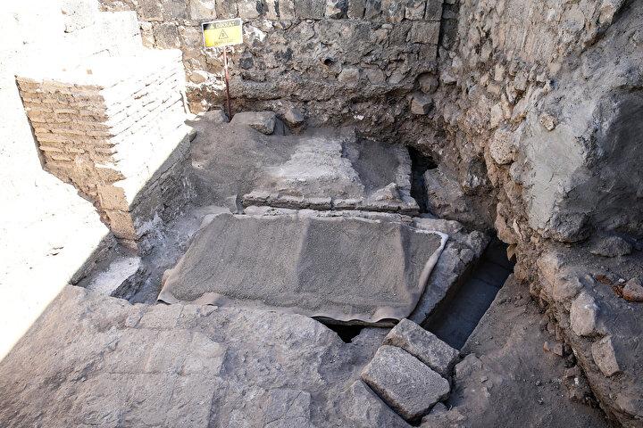 O dönemin kalorifer sistemi diyebiliriz  Yeni tip koronavirüs (Kovid-19) salgınından dolayı az kişiyle çalıştıklarını anlatan Yıldız, bu yılki çalışmalarda özellikle divanhanenin doğu tarafında bulunan açmada güzel verilerin ortaya çıktığını kaydetti. Normalde Diyarbakır Amida Höyük içerisindeki gizli tünel hem kaçış tünelidir hem de su kaynağına açılan tüneldir. İçkale su kaynağı, Romalılar döneminde künklerle (pişmiş toprak veya betondan imal edilen dairesel kesitli su borusu) tünelin içerisine alınmış. İşte o tünelin içerisindeki su hem Romalılar döneminde hem de daha sonra El Cezerinin geliştirdiği sistemle yukarı atılmış. diyen Yıldız, yukarı atılan suyun havuza gidişini ve mekanlara dağıtımını sağlayan, Romalılar döneminde Milattan Sonra 200 yıllarında yapılan taş kanalların tespit edildiğini belirtti.