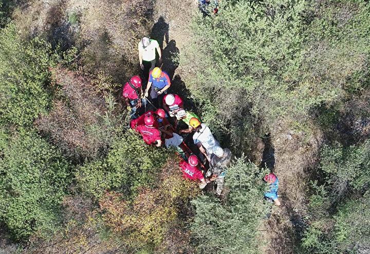 Görüntülere, 16 kişilik arama kurtarma ekibinin Gümüşü sedye ile patika yolları kullanarak, ağaçların arasından aşağı indirmesi yer aldı.