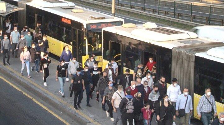 Sabah saatlerinde evlerinden çıkarak okullarına gitmek isteyen öğrenciler sebebiyle trafikte uzun kuyruklar meydana geldi.
