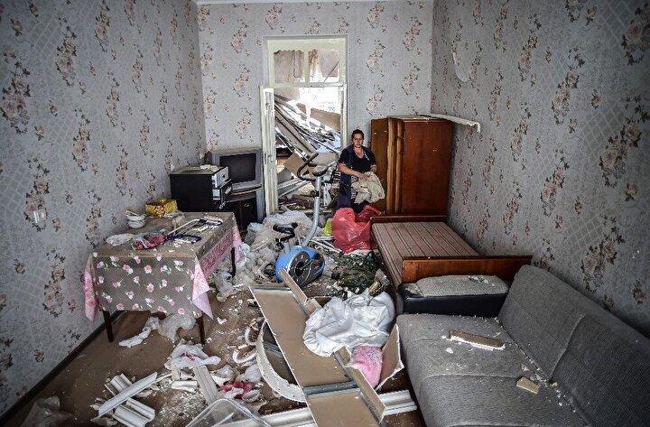 Bölgede yaşayanlar da yıkılan evlerinin enkazlarından kalan eşyalarını topluyor.