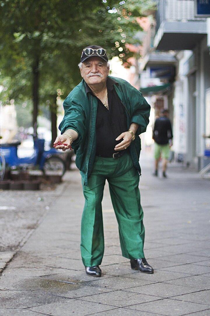 2012 yılında Berlin'de bir kafede garsonluk yapan Avustralyalı Zoe Spawton'un, her sabah aynı saatte kafenin önünden geçen ve sıradışı kıyafetler giyen yaşlı adamı fark etmesi çok uzun sürmemişti.