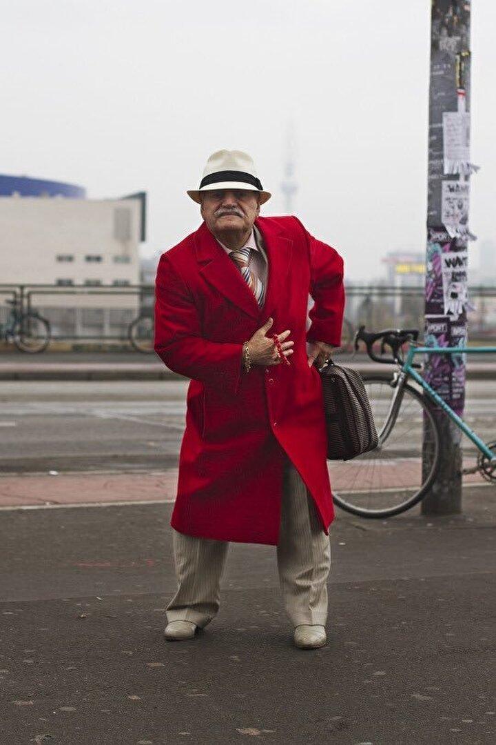 """""""Star Ali"""" olarak bilinen Ali Amca o zamanlar 83 yaşındaydı ve 44 yıl önce Berlin'e gelmişti. Emekli bir doktordu ve 10 yıldır Berlin'de terzilik yapıyordu. Ali Amcanın yalnızca kıyafetleri değil kendine özgü """"çalımlı"""" yürüyüşü de Zoe'nun dikkatini çekmişti."""