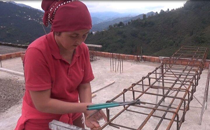 İlçeye bağlı Sofullu köyünde yaşayan 3 çocuk annesi Ayşe Somuncu, 10 yıldır inşaatlarda çalışıyor. Tuğla taşıyan, harç yapan, el arabasıyla malzemeye taşıyan ve demir bağlayan Somuncu, 'erkek işi' lafını da asla kabullenmiyor.