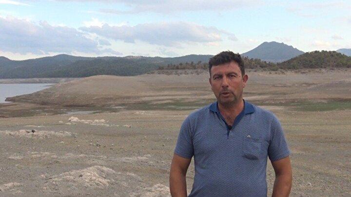 """2000'li yıllardan beri baraj seviyesinin bu kadar düşmediğini belirten Çaygören Muhtarı Birol Keskin, """"Barajımızın şu anki derinliği 6-7 metre civarında. Tam dolduğu zaman 45 metreleri buluyor. Tek umudumuz yağışlar. 2000'li yıllardan beri barajın bu kadar düştüğünü görmedim. 2000 yıllarda su seviyesi bu kadar düşmüştü. Barajımızın Simav çayı ve Emendere çayı dediğimiz yerlerden destek alıyor. Oralardan doluyor. Bu sene yağışların az olmasından dolayı zaten tam dolmamıştı baraj. İnşallah bu sene yağışlar olur. Şu an da barajın seviyesi oldukça düşük. Barajın suyu düştü mü balık daha çok çıkar aslında, ama nedense balıklar görünmüyor diye konuştu."""