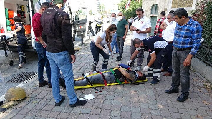 Çevredekilerin haber vermesi üzerine gelen sağlık ekipleri, yaralıya olay yerinde ilk müdahalede bulundu. Acı içinde bağıran Emre Dalkılıç daha sonra ambulansa alınarak hastaneye kaldırıldı. Polis kaza sonrası soruşturma başlattı.