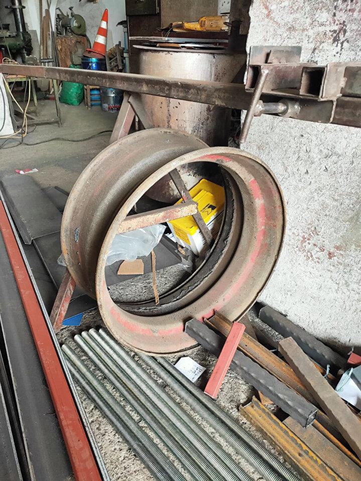 Sacdan sobaların çabuk eskimesi üzerine kolları sıvayan Türker, kendisince çözüm üretmeye çalıştı. 25 yıllık demir ustası Türker, hurda kamyon lastiği jantından kuzine üretmeyi başardı.