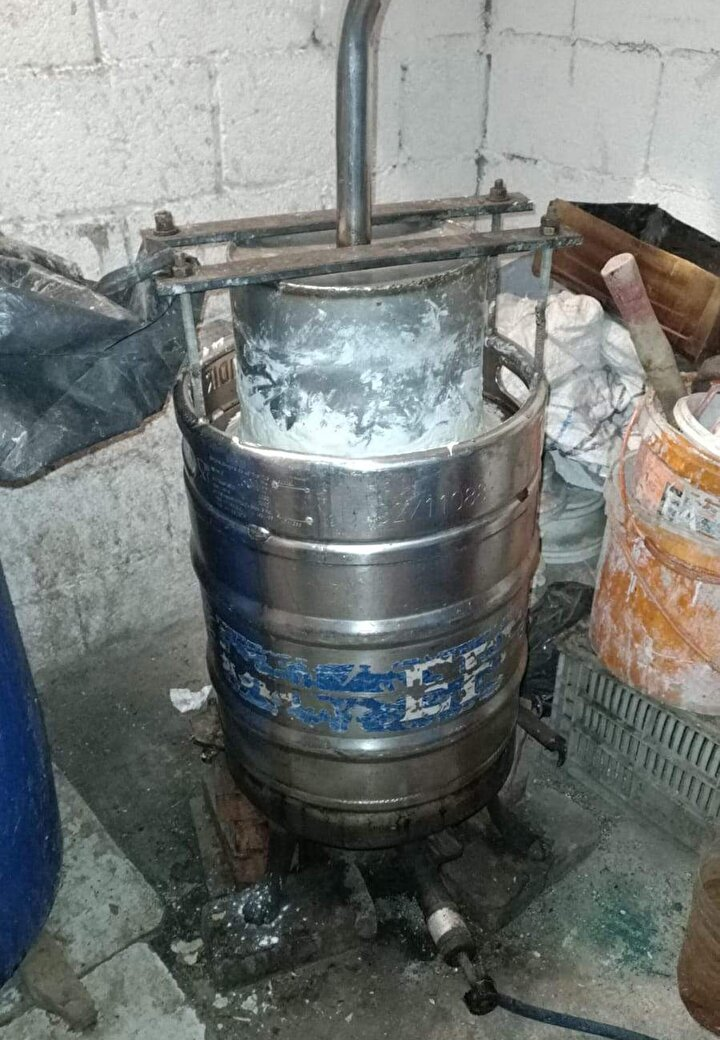 Adreslerde yapılan aramalarda, 1200 litre etil alkol, 40 litre el yapımı içki, 218 kaçak içki yapımında kullanılan kit, 250 litre üzüm şırası, damıtma düzeneği ve farklı ebatlarda pet şişeler ele geçirildi.