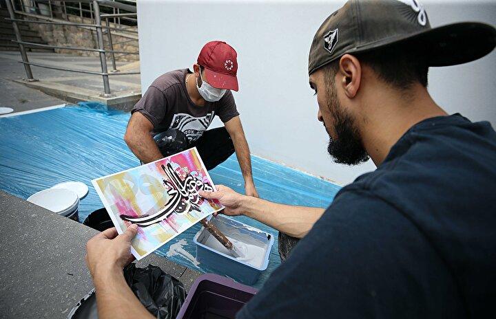 Geleneksel hat sanatının yaşayan en büyük temsilcisi 83 yaşındaki Çelebi ile grafiti sanatının Türkiyedeki en önemli temsilcilerinden biri olan Türkmeni bir araya getiren proje, Trabzon Büyükşehir Belediyesinin himayesinde gerçekleştirilidi.