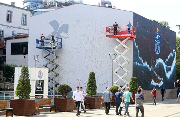 Türkmen, gazetecilere yaptığı açıklamada, 22 yıldır grafiti sanatıyla uğraştığını, ilk kez böyle bir çalışma gerçekleştirdiğini söyledi.