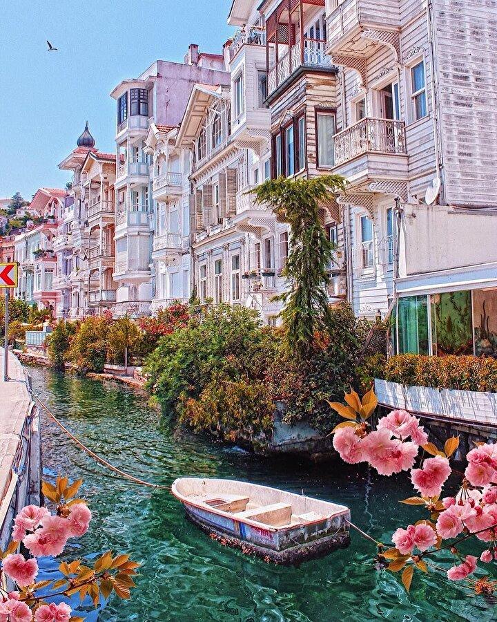 Erol Evgin, Barış Manço'nun TRT için bayram reklamları çektiği bir yer olan köşk, dış güzelliğinin yanı sıra tarihi öneme sahip.  100 yıllık köşk, Bebek Parkı'na 1.4 kilometre, Arnavutköy İskelesi'ne ise 300 metre uzaklıkta. 5 katlı köşkün, 4 odası, 2 salonu, 5 banyosu, 3 mutfağı bulunuyor.