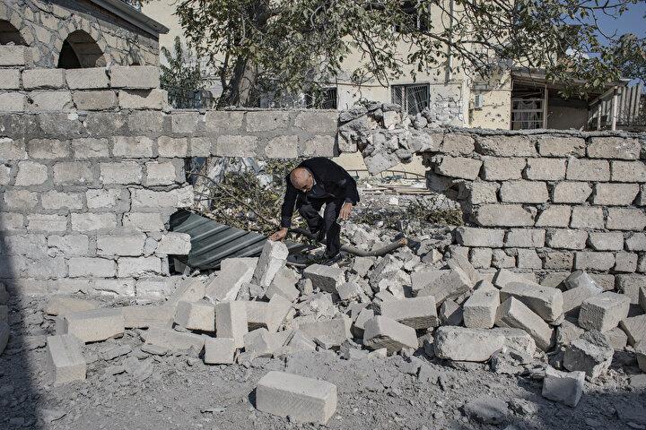 Kadın doğum uzmanı Nazile Tehmezova ve eşi mühendis Ramiz Hüseyinovun (66) evi dün gece Ermenistandan atılan top mermilerinin hedefi oldu.