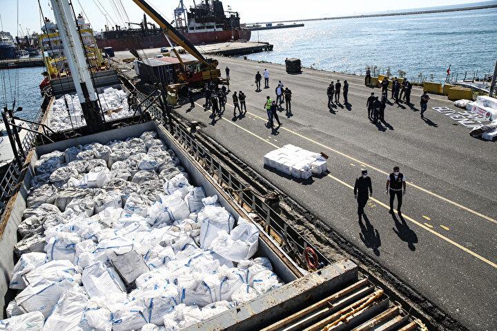 Kaptanla birlikte gemide bulunan 10 mürettebat, Kaçakçılıkla Mücadele Kanunu kapsamında gözaltına alınırken kaçak sigara ve tütüne el konuldu.