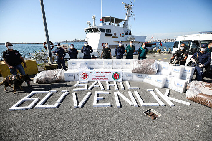 İstanbul Deniz Gümrük Muhafaza Kaçakçılık ve İstihbarat Müdürlüğü ile Sahil Güvenlik Marmara ve Boğazlar Bölge Komutanlığı ekipleri, Zeytinburnunda bekleyen yabancı bayraklı gemide gümrük kontrolü yaptı.