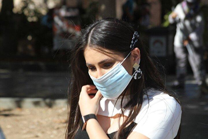 Polis ekipleri, denetimler sırasında sadece vatandaşları değil, turistleri de uyardı. Turist kafilesini durdurarak tercümanlarının yanına giden polis, maske ve sosyal mesafe kurallarını hatırlattı.