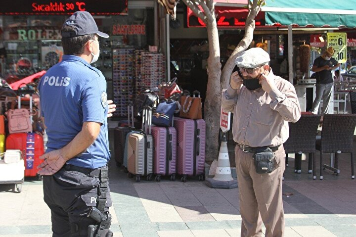 Bankada sırada bekleyen vatandaşları da sosyal mesafe konusunda uyaran polisler, ardından işlek noktalarda denetimine devam etti.