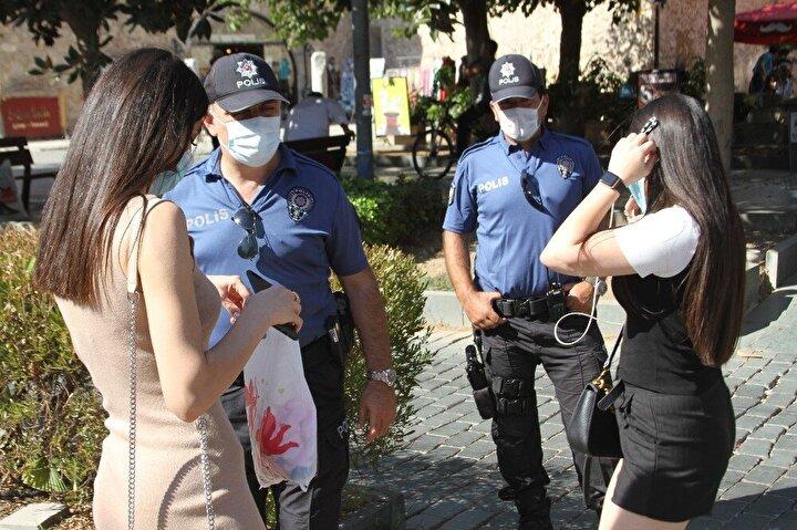 Bugün kentin en işlek yaya caddelerinden Kapalıyol ve Cumhuriyet Caddesi'nde denetim gerçekleştirdi. Maskelerini indirip yürüdükleri sırada içecek ve sigara içenlerin bu ihtiyaçlarını kalabalık ortamda değil, kenara çekilerek karşılaması konusunda uyaran polis ekipleri, düzgün takmayan kişilere de uyarılarda bulundu. Kentte birçok vatandaşın maske kuralına uyduğu gözlenirken, maskesi takılı olmayan bazı vatandaşların ise polis ekiplerini fark ederek çaktırmadan takmaya çalıştığı görüldü.