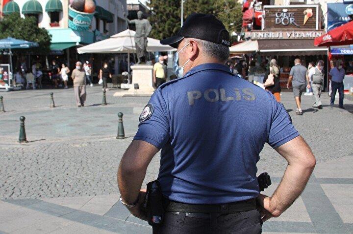 Denetime devam eden polisler, 2 Kazak turistin maskesini takmadan yürüdüğünü gördü. Maskesinin arkadaşının elinde olduğunu, kendisinin maskeyi çıkarttığını söyleyen genç kadın polisin, 'Bir maskeyi ikiniz mi takıyorsunuz' sorusuna 'hayır' diyerek cevap verdi. Arkadaşının elindeki poşetten maskesini çıkaran kadın, maskesini takarak yürümeye devam etti.