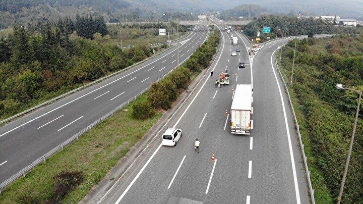 Trafik ve karayolları ekipleri çalışma nedeniyle Ankara istikametine seyir halinde olan sürücüleri Kaynaşlı Gişeleri'nden D-100 Karayolu'na yönlendirildiler.