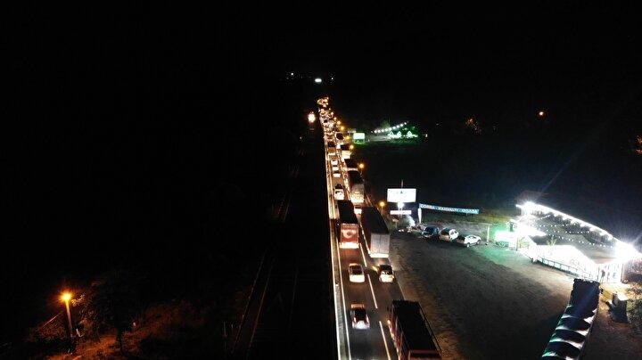Anadolu Otoyolunun Bolu Dağı Tüneli Ankara kesimindeki viyadüklerde başlatılan derz yenileme ve bakım çalışması nedeniyle trafiğin yönlendirildiği D-100 kara yolu Bolu Dağı geçişinde gece saatlerinde araç yoğunluğu oluştu.