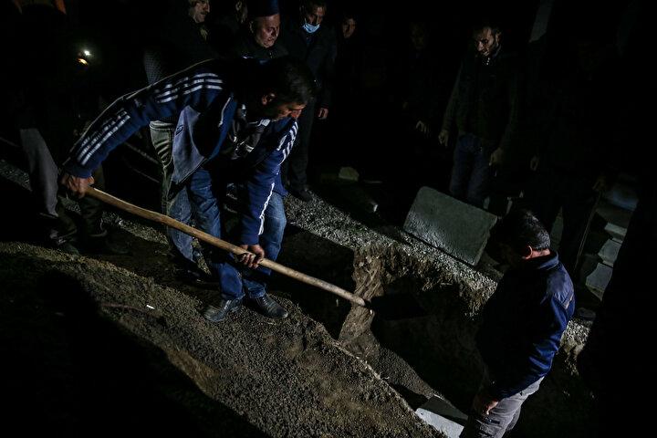 Hasanov, saldırı sırasında yaklaşık 15 kişinin mezarlıkta olduğunu belirterek, Maalesef damadım Perviz de olay yerinde hayatını kaybetti. Onun da ikiz çocukları vardı. dedi.