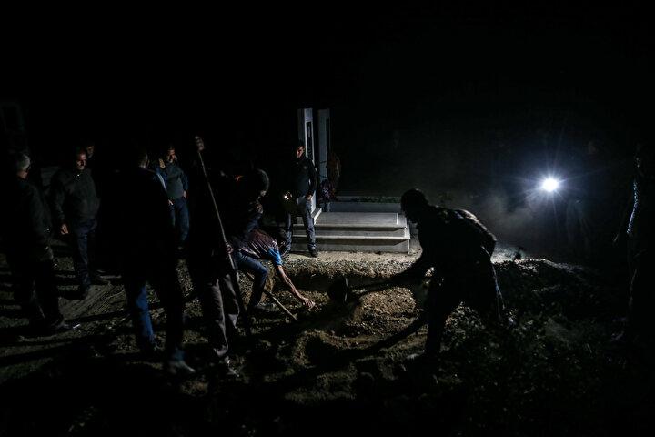 Mezarlığa ikinci saldırı yapılması ihtimalinin önüne geçmek için tedbir aldıklarını söyleyen Hasanov, Normalde gündüz cenazelerimizi defnediyoruz ancak olası bir saldırı ihtimaline karşı gece defnetme kararı aldık. diye konuştu.