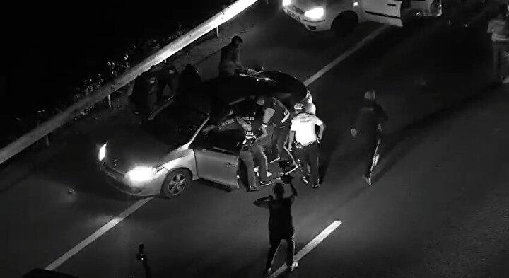 Kaçakçılık Suçlarıyla Mücadele ekipleri Gölbaşı ilçesinde yol uygulama noktasında drone ile yaptıkları çalışmada Adana'dan gelen 2 otomobili tespit etti.