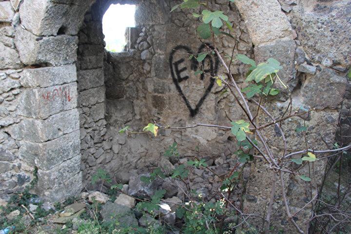 Tarihi kilisenin defineciler tarafından talan edildiğini ifade eden Altınkaya Mahallesi Muhtarı Kenan Mutlucan, Geçmiş yıllarda özellikle akşam saatlerinde kiliseye gelip, define arayanlar oldu. Son dönemlerde ise duvarlarına yazılar yazdılar, kilisenin her yerinden taşlar döküldü. Tavanındaki taşlar da yere düştü. Zaman zaman alkol alan kişiler de kiliseye geliyor, uygunsuz şeyler yapıyorlar.