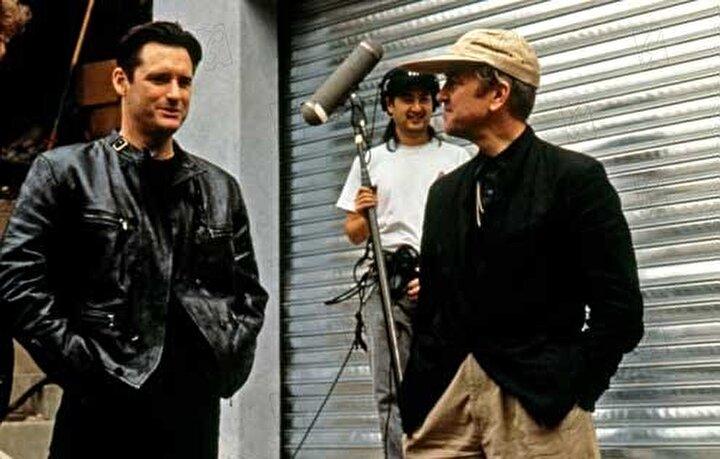 David Lynchin sürreal klasiklerinden biri olan film, eşini öldürmekle suçlanan bir müzisyenin farklı hayatlarla kesişen ve zamanı bulanıklaştıran hikayesini anlatıyor.